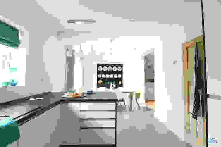 Kitchen-dining flow Modern kitchen by Katie Malik Interiors Modern