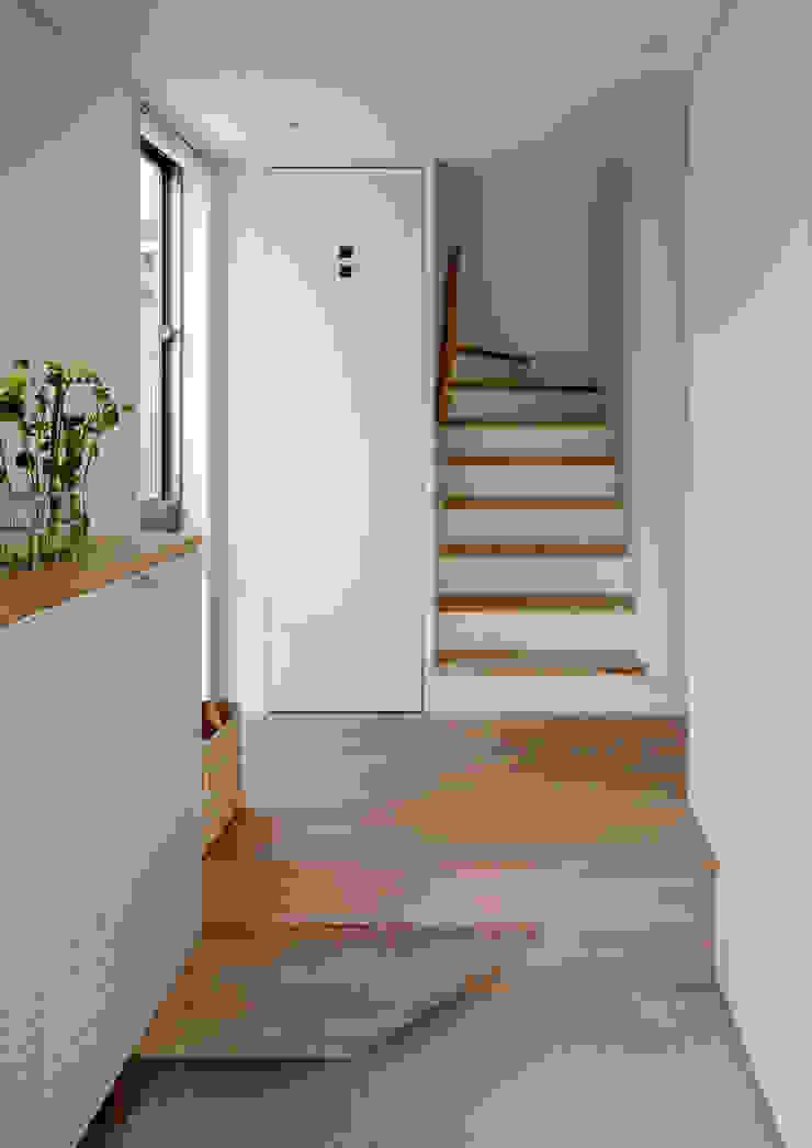 株式会社リオタデザイン Modern corridor, hallway & stairs