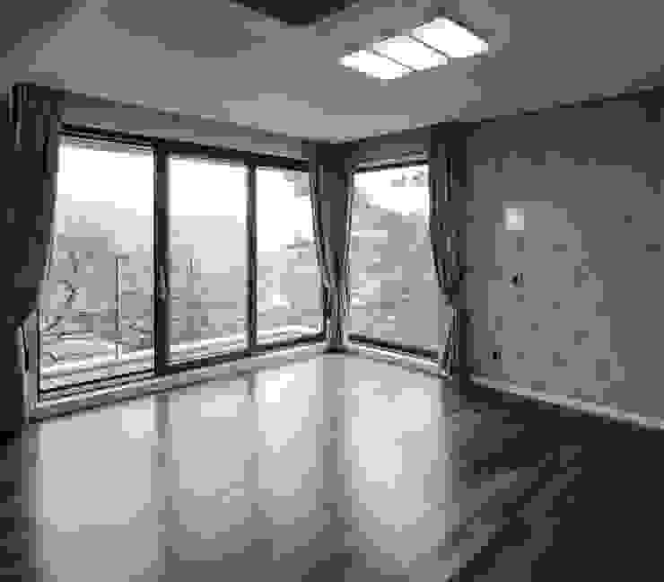 평창동주택: 유오에스건축사사무소(주)의  침실