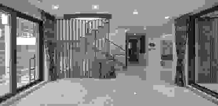 평창동주택: 유오에스건축사사무소(주)의  복도 & 현관