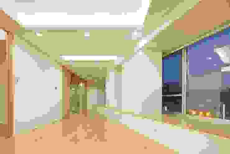 现代客厅設計點子、靈感 & 圖片 根據 仲摩邦彦建築設計事務所 / Nakama Kunihiko Architects 現代風