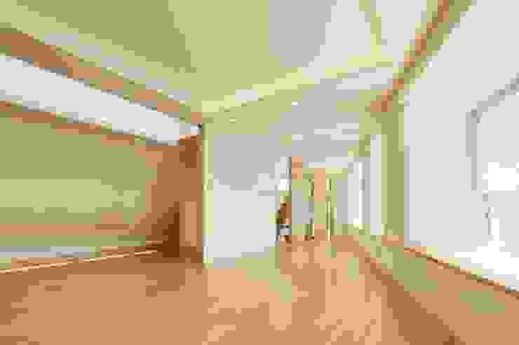 Modern living room by 仲摩邦彦建築設計事務所 / Nakama Kunihiko Architects Modern
