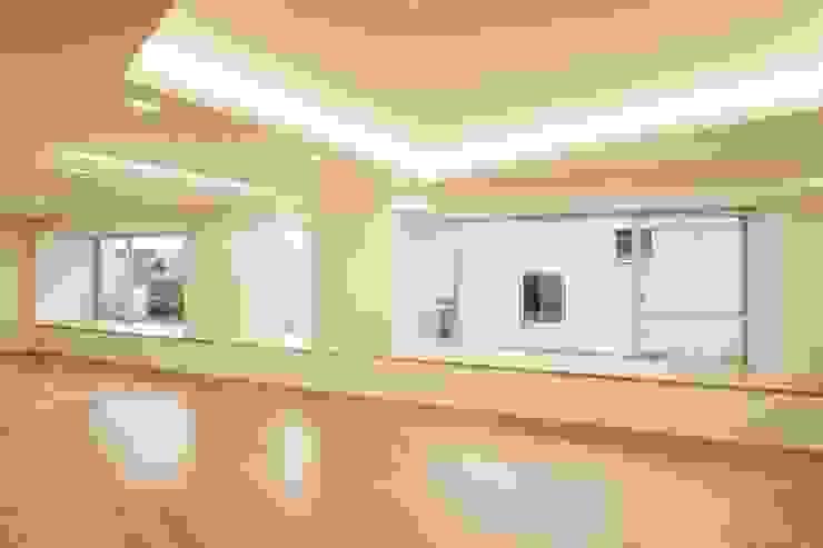 酒楽和華 清乃: 仲摩邦彦建築設計事務所 / Nakama Kunihiko Architectsが手掛けたリビングです。,モダン