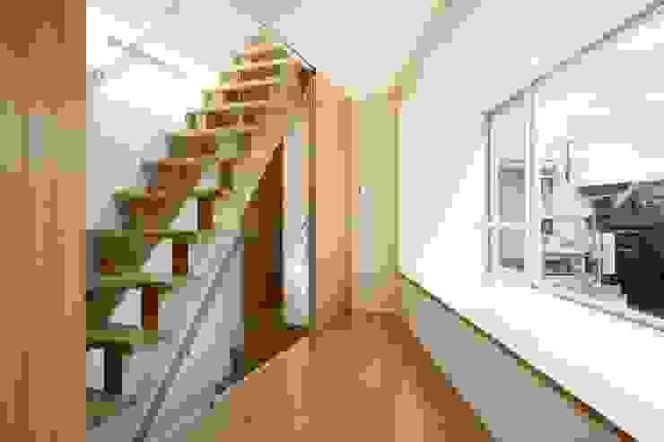 現代風玄關、走廊與階梯 根據 仲摩邦彦建築設計事務所 / Nakama Kunihiko Architects 現代風
