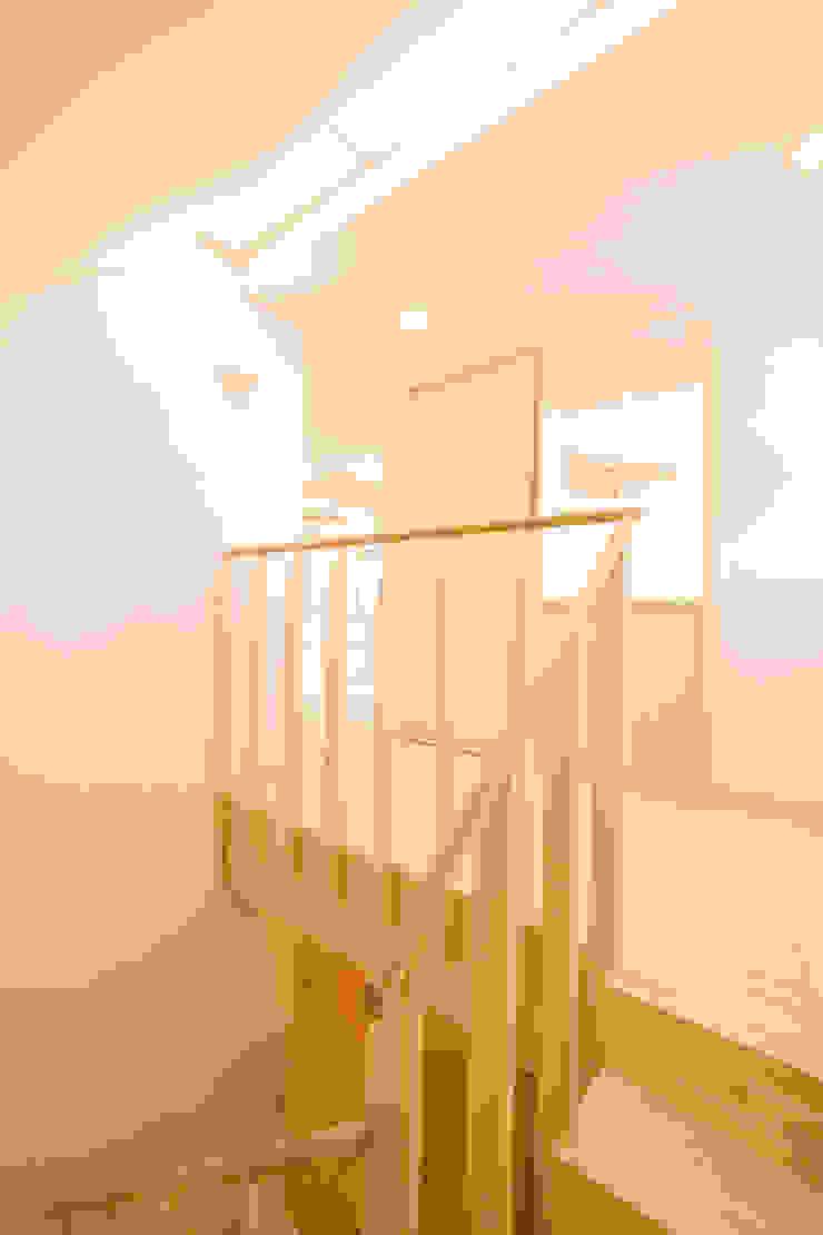 篠田 望デザイン一級建築士事務所 Прихожая, коридор и лестницыЛестницы
