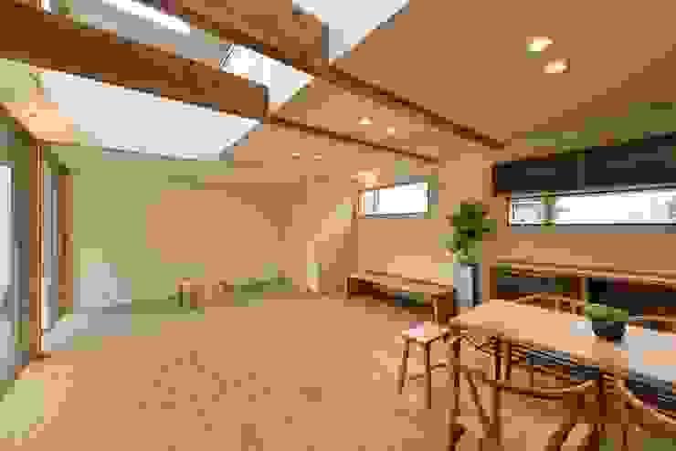 リビングと畳スペース アトリエdoor一級建築士事務所 モダンデザインの リビング