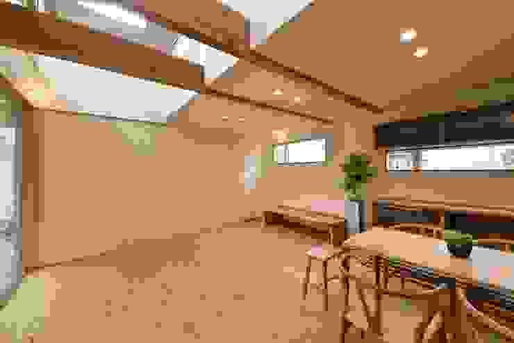 畳スペースの仕切り アトリエdoor一級建築士事務所 モダンデザインの リビング