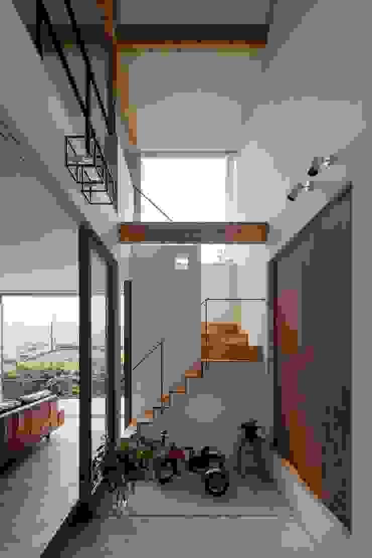 生駒の家 House in Ikoma モダンスタイルの 玄関&廊下&階段 の arbol モダン