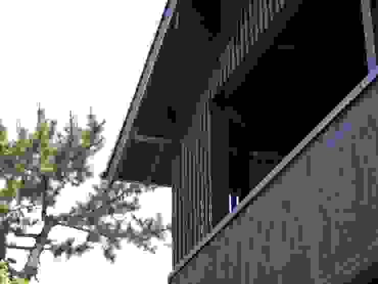 テラスの日よけルーバー ラスティックな 家 の 篠田 望デザイン一級建築士事務所 ラスティック