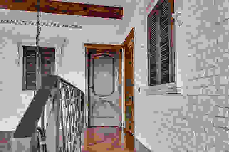 Пентхаус в Санкт-Петербурге Коридор, прихожая и лестница в стиле лофт от Very'Wood Лофт
