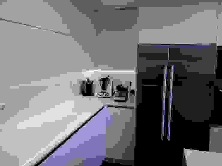 Cocina moderna con península Cocinas de estilo moderno de femcuines Moderno