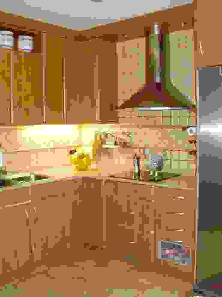 Cocina moderna con península Cocinas de estilo clásico de femcuines Clásico