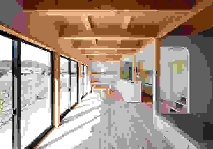 リビングからダイニグを望む オリジナルデザインの リビング の 芦田成人建築設計事務所 オリジナル