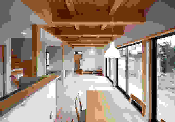 ダイニグからリビングを望む オリジナルデザインの ダイニング の 芦田成人建築設計事務所 オリジナル