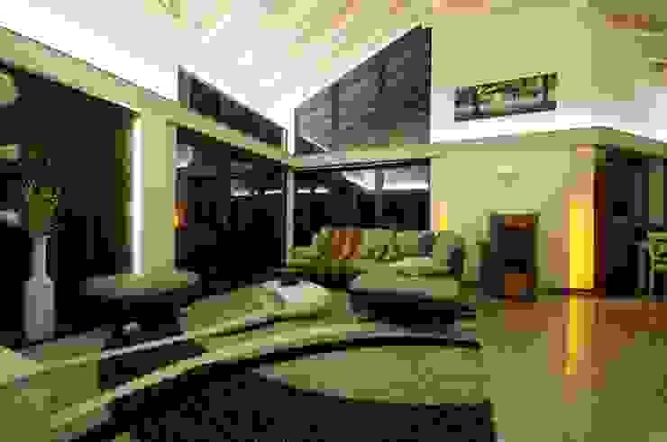 Moderne woonkamers van Tirolia GmbH Modern