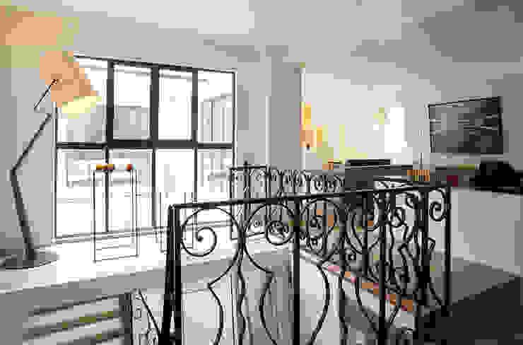 Pasillos, vestíbulos y escaleras modernos de ATELIER FB Moderno