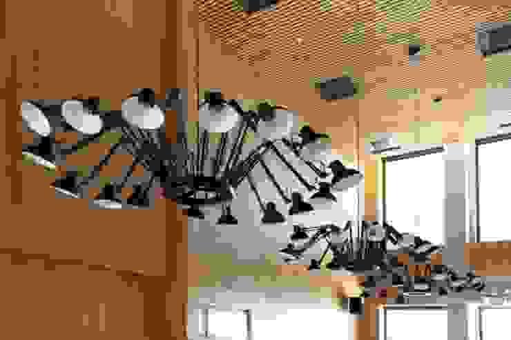 Lamas de madera y carpintería técnica en la Escuela Superior de Bergen Estudios y despachos de estilo moderno de SPIGOGROUP Moderno