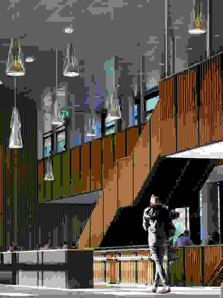 Lamas de madera y carpintería técnica en la Escuela Superior de Bergen Pasillos, vestíbulos y escaleras de estilo moderno de SPIGOGROUP Moderno