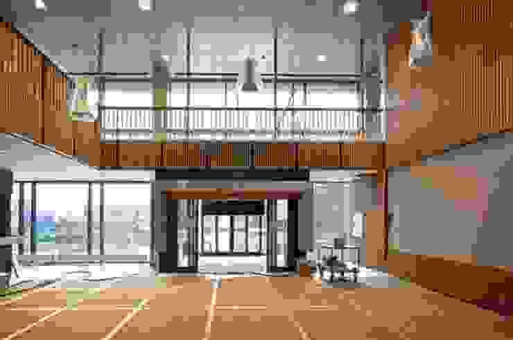 Lamas de madera y carpintería técnica en la Escuela Superior de Bergen Estudios y despachos de estilo minimalista de SPIGOGROUP Minimalista