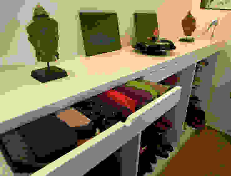 Appartement pour amateur de souliers-Paris-1e Dressing moderne par ATELIER FB Moderne
