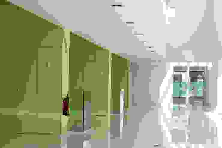 Taquillas y cabinas fenólicas, perfectas para instalaciones deportivas Pasillos, vestíbulos y escaleras de estilo minimalista de SPIGOGROUP Minimalista