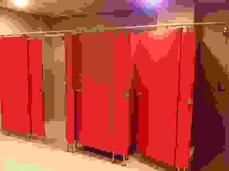Taquillas y cabinas fenólicas, perfectas para instalaciones deportivas Pasillos, vestíbulos y escaleras de estilo clásico de SPIGOGROUP Clásico