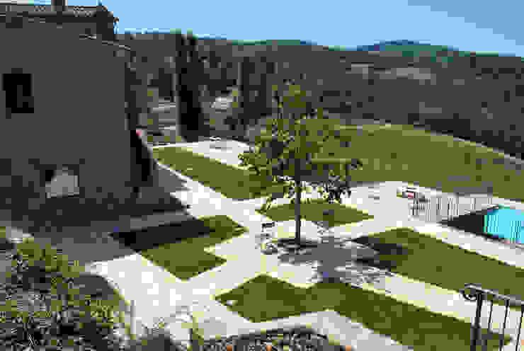 Vista del giardino Giardino rurale di Stefania Lorenzini garden designer Rurale