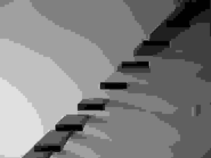 Aufleiter & Roy GmbH Minimalist corridor, hallway & stairs