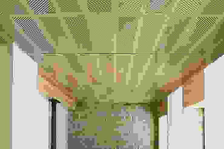 Techos y revestimientos acústicos en madera Salones de estilo minimalista de SPIGOGROUP Minimalista
