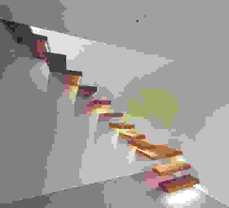 Kragarmtreppe mit LED-Strips:  Flur & Diele von Aufleiter & Roy GmbH,Minimalistisch