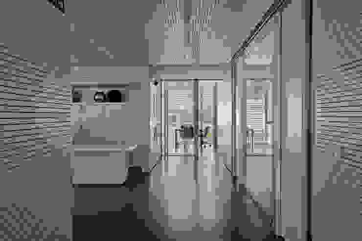 Techos y revestimientos acústicos en madera Estudios y despachos de estilo moderno de SPIGOGROUP Moderno