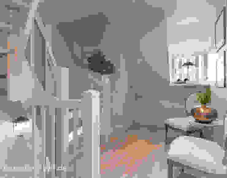 Wiejski korytarz, przedpokój i schody od Immofoto-Sylt Wiejski
