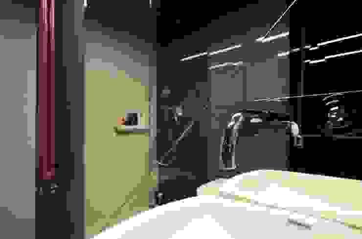 Minimalistische Badezimmer von Devangari Design Minimalistisch