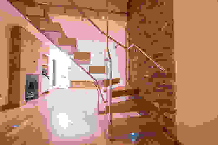 Modern Glass and Oak Floating Stairs Pasillos, vestíbulos y escaleras de estilo moderno de Railing London Ltd Moderno