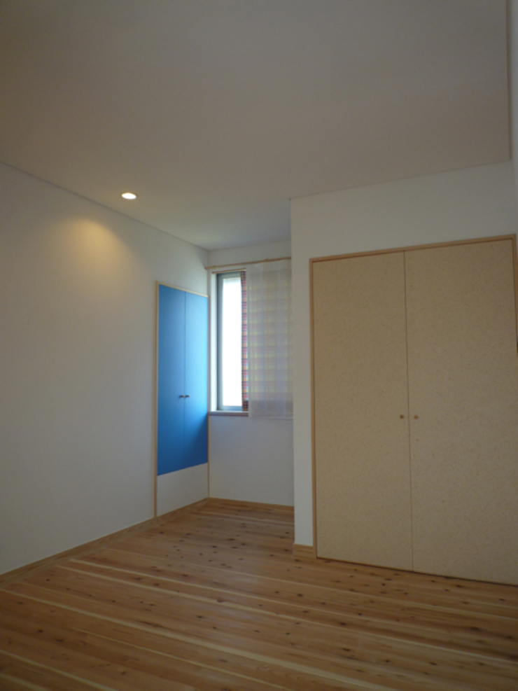 マグネット黒板の扉: 篠田 望デザイン一級建築士事務所が手掛けた素朴なです。,ラスティック