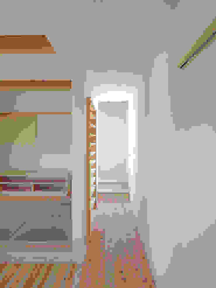 2階へ続く廊下の壁面のCDラック: 篠田 望デザイン一級建築士事務所が手掛けた素朴なです。,ラスティック