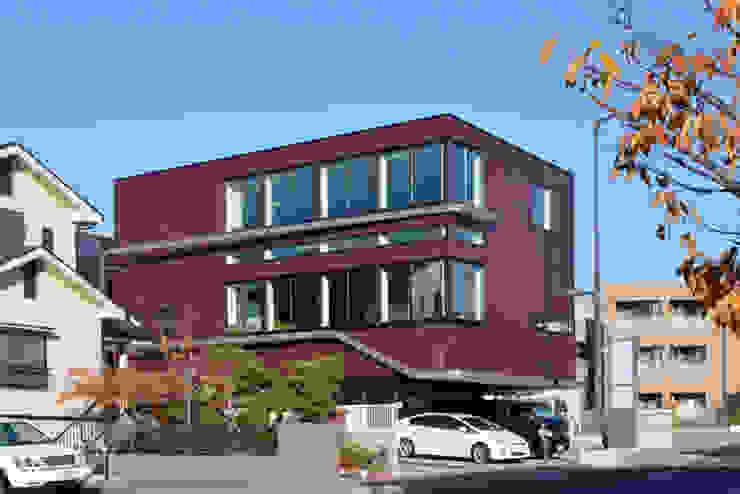 ワインレッドの外観 モダンな 家 の 大塚高史建築設計事務所 モダン