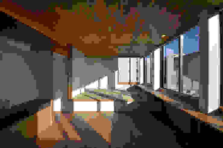 2階 親世帯のリビングルーム モダンデザインの リビング の 大塚高史建築設計事務所 モダン