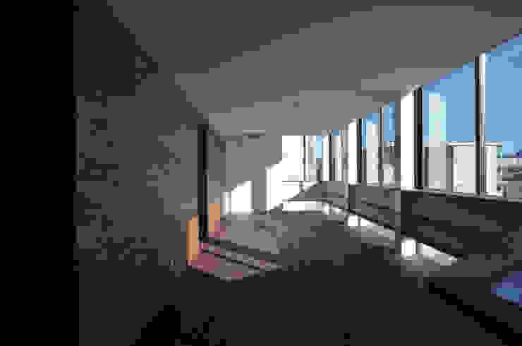 3階 子世帯のリビングルーム モダンデザインの リビング の 大塚高史建築設計事務所 モダン