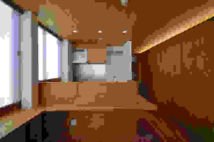 2階 リビング側から見た親世帯のキッチン モダンな キッチン の 大塚高史建築設計事務所 モダン