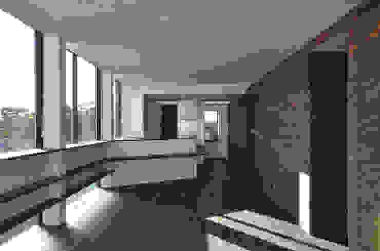 3階 リビング側から見た子世帯のキッチン モダンな キッチン の 大塚高史建築設計事務所 モダン