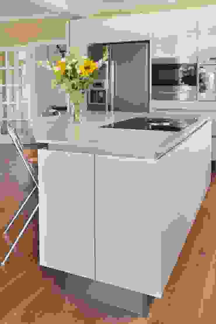Minimalist High Gloss Contemporary Kitchen by in-toto Kitchens Design Studio Marlow Сучасний
