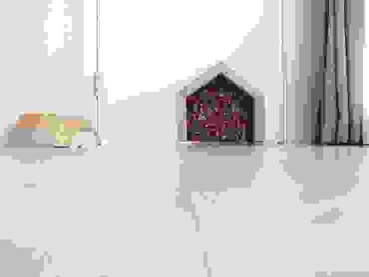 고양이 문.: 홍예디자인의  거실,모던