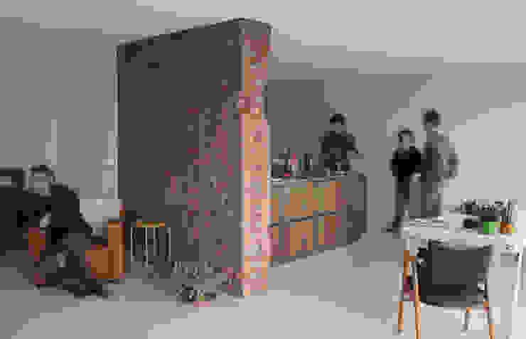 Verbouwing loft amsterdam:  Woonkamer door RAW architectuurstudio,