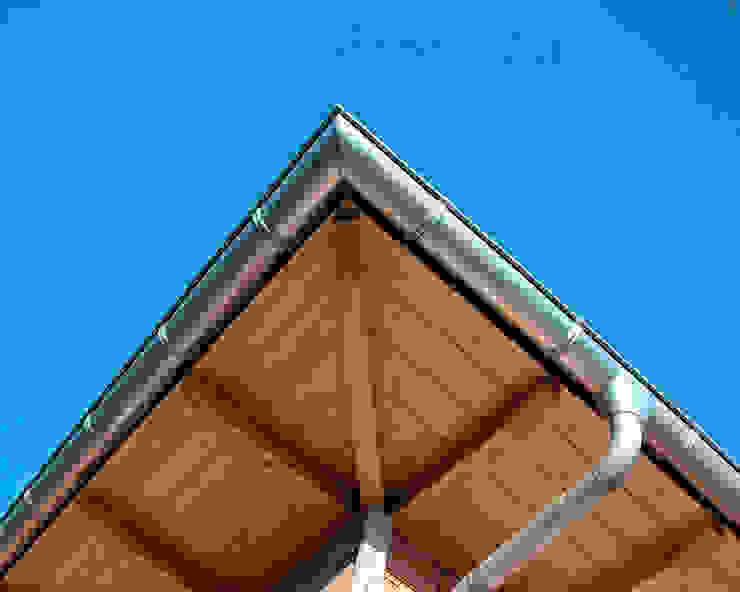 Alero de vivienda con panel de madera con núcleo aislante. panelestudio Balcones y terrazas de estilo clásico