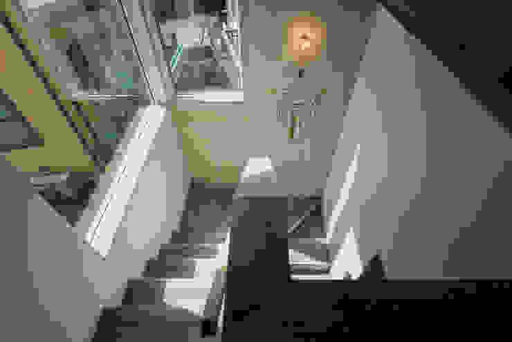 足場板と下地合板による階段 オリジナルスタイルの 玄関&廊下&階段 の エンジョイワークス一級建築士事務所 オリジナル