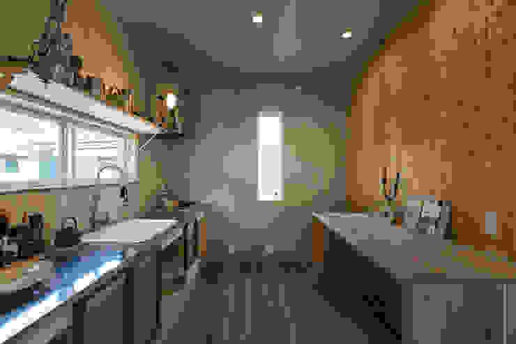 ステンレスと古い建具、多様な木の表情が混ざり合うキッチン オリジナルデザインの キッチン の エンジョイワークス一級建築士事務所 オリジナル