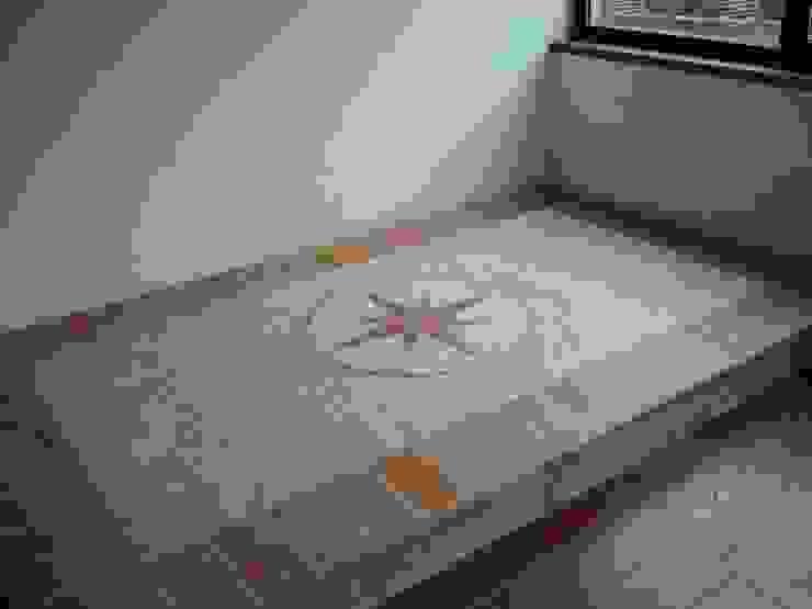 Pavimenti in Cocciopesto e Cotto d'Imprunuta con inserzione (Rosa dei venti) Montecchio S.r.l. Cantina in stile mediterraneo