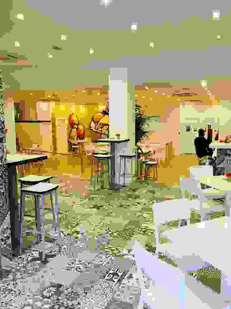 SUELO CON PATCHWORK GRIS Y MOKA EN RESTAURANTE Espacios comerciales de estilo moderno de Gama Ceramica y Baño Moderno