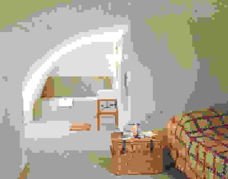 Blick vom Schlafzimmergewölbe auf´s offene Bad Schlafzimmer im Landhausstil von v. Bismarck Architekt Landhaus